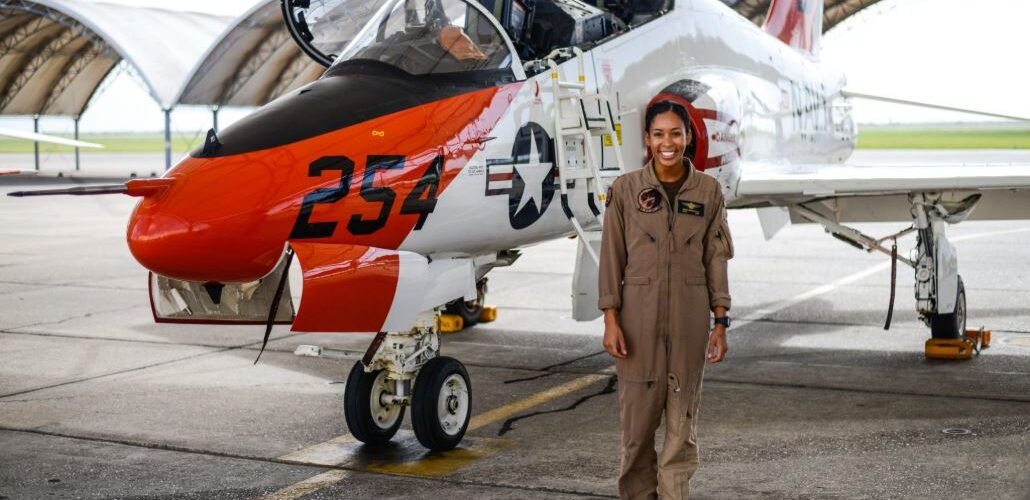 Флотът обяви първата тъмнокожа жена пилот на тактически самолет в авиацията, през последните 110 години